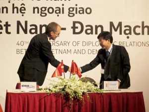 Signing contract DHI and Water Resources University Hanoi Vietnam November 2011